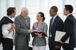 Groupe d'hommes et femmes d'affaires négotiant un contrat