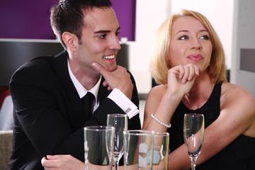 Junges Paar sitzen in einer Bar