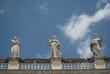 Piazza S. Pietro, statue con cielo e nuvole