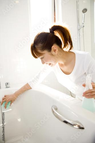 掃除する女性