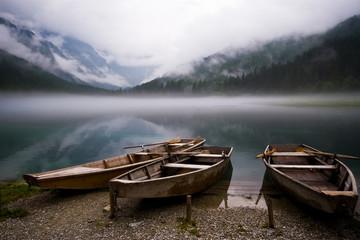 drei Ruderboote am See