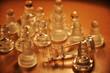 Schachfiguren König gestürzt klar