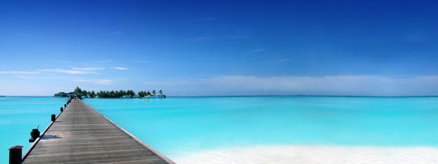 Steg zu tropischer Insel