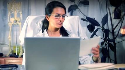 Doctor working - Médecin au travail