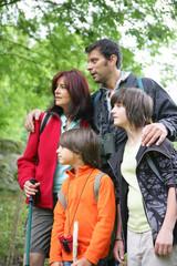 Homme et femme avec enfants regardant au loin