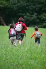 Femme avec enfants se promenant à la campagne