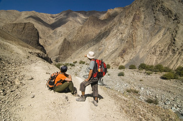 A couple hiking in Markha Valley trek