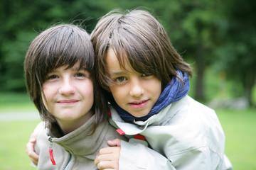 Portrait d'une jeune fille et d'un petit garçon souriants