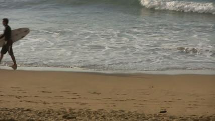Surfista andando con su tabla