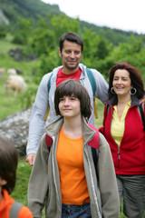 jeune fille se baladant à la campagne avec un couple