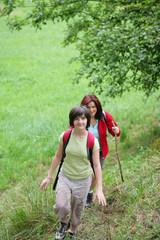 Jeune fille marchant à la campagne devant une femme