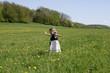 Mädchen im Kleidchen auf Blumenwiese