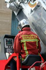 marins pompier de marseille avec la grande échelle