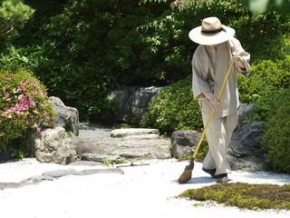 Jardinero mimando su jardin zen en Japon