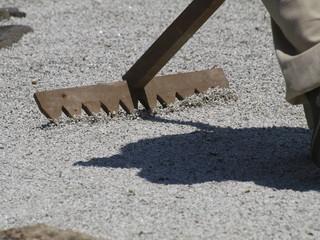 Rastrillando la arena de jardin japones zen