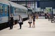 Westbahnhof, Budapest,  Menschen warten auf dem Bahnsteig