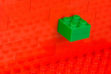 Rote Baustein Wand mit grünem Stein