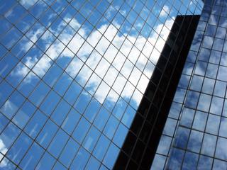 Reflets dans un immeuble de verre