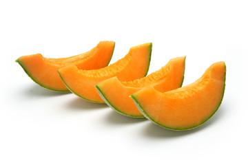 Melon coupé en tranches sur fond blanc