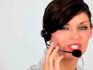 Femme au bureau faisant de la téléprospection