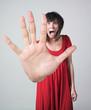 femme grande main peur