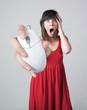 femme grande main souris effrayée