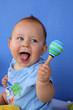 Bébé jouant avec des maracas