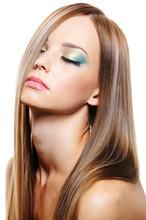 Молодая красивая женщина с довольно здоровым длинные светлые волосы