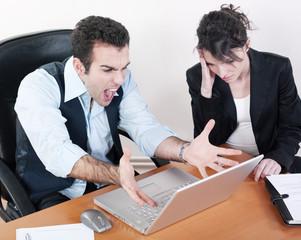 patron furieux avec assistante