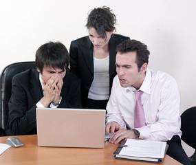 équipe de travail stressée devant ordinateur