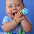 Enfant jouant avec un hochet - maracas #2