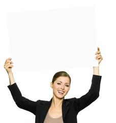 Geschäftsfrau hält Schild mit Textfreiraum