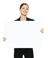 Geschäftsfrau hält Plakat mit Textfreiraum