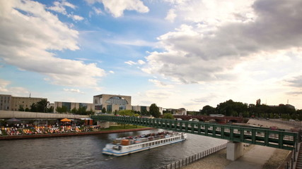 Berlin Spree mit Ausflugsbooten, Zeitraffer Tag