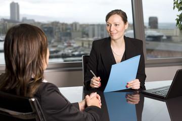 Eine junge Frau beim Vorstellungsgespräch in einem Designerbüro