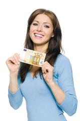Hübsche Frau hält 50 Euro Geldschein
