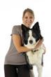 jeune femme souriante serrant son chien contre elle- de face