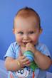 Béb jouant avec un maracas #4