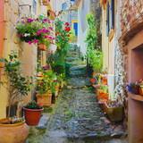 Ruelle étroite et colorée dans un village de Provence - Fine Art prints
