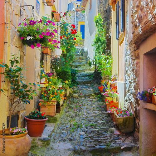 Ruelle étroite et colorée dans un village de Provence - 15714769