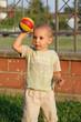 bimbo con pallone