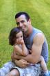 Jeune papa avec son enfant.