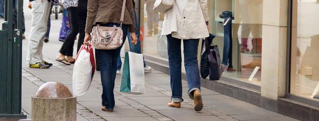 Junge Frauen beim Shopping in der Stadt