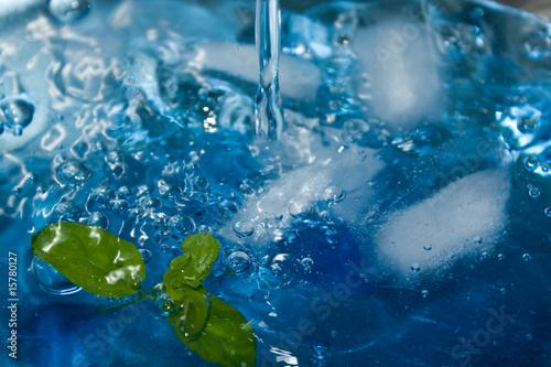 Напитки - близком расстоянии от синего коктейль с мятой и льда кубов...