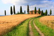 Wanderweg unter Wolkenhimmel, Haus in der Toskana