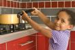 Jeune fille jouant avec une casserole