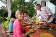femme mangeant avec des amis en terrasse