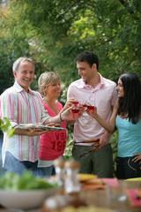 Hommes et femmes trinquant avec un verre de vin rosé