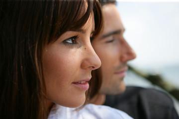 Portrait d'une femme regardant au loin près d'un homme