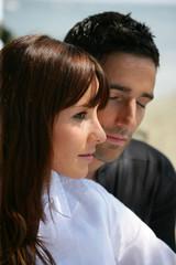 Portrait d'une femme près d'un homme fermant les yeux